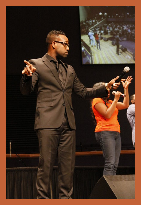 """Vashawn Mitchell singing his hit """"Turning Around For Me"""" to a crowd of 5,000 at Hezekiah Walker's Choir Fest"""